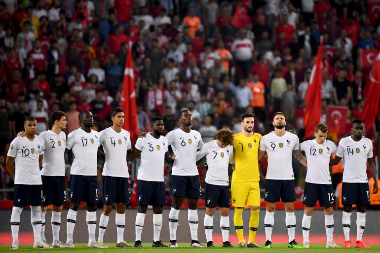 Les Bleus lors de la Marseillaise avant leur match contre la Turquie ce samedi 8 juin.