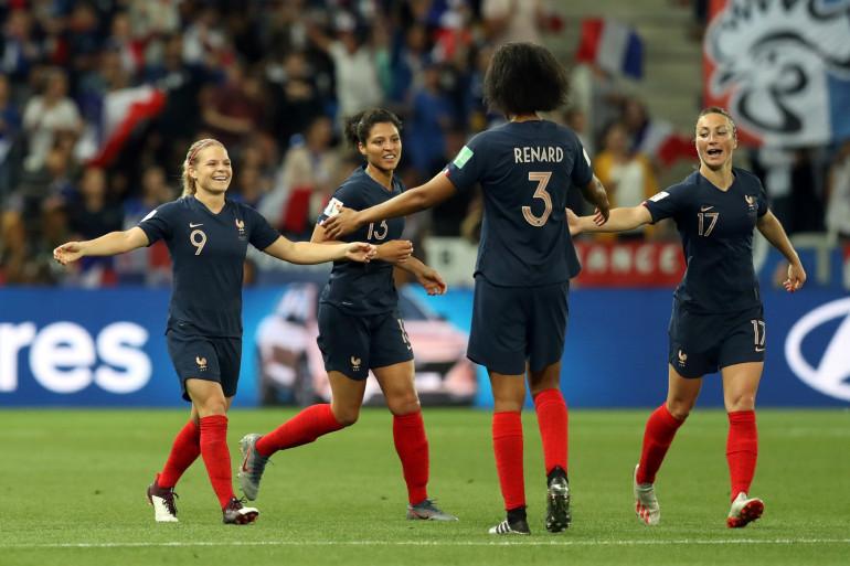 Le Sommer (n°9) réconforte Renard (n°3) après le but du 2-1 pour les Bleus, le 12 juin 2019 à Nice
