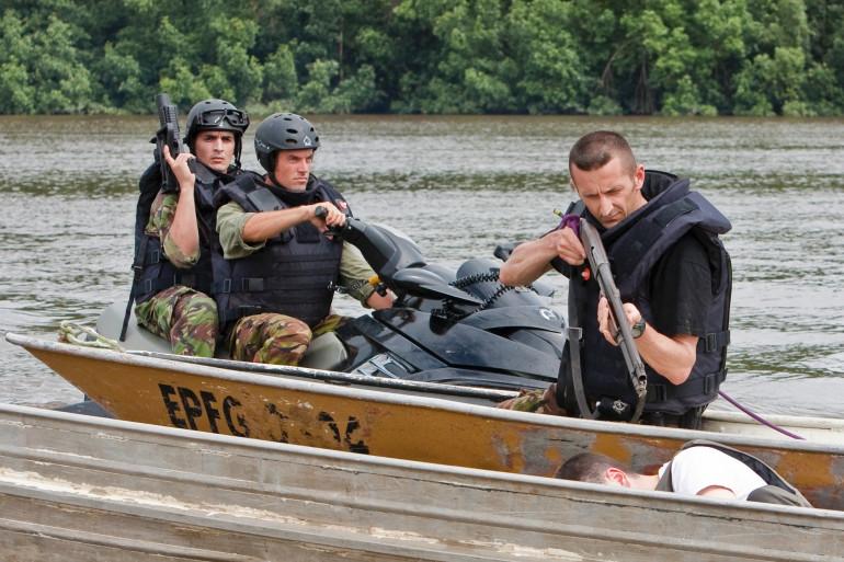 Des militaires et gendarmes participent régulièrement à des mission d'interception de pirogue clandestine, en Guyane. Sur cette photo, ils étaient en démonstration le 16 avril 2009.