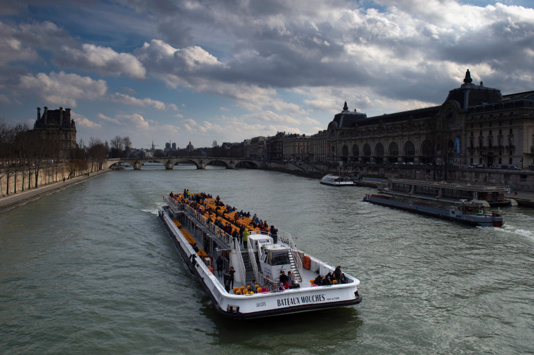 Un bateau-mouche à Paris