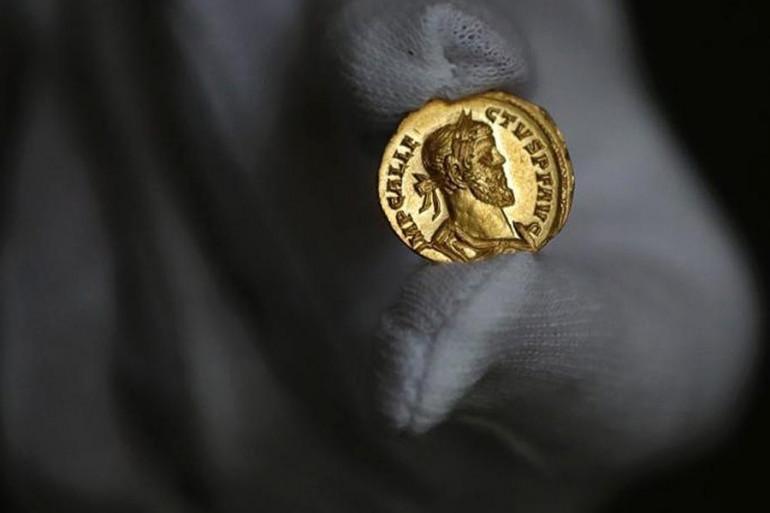Une pièce romaine en or 24 carats, découverte dans un champ, s'est vendue 620.000 euros au Royaume-Uni