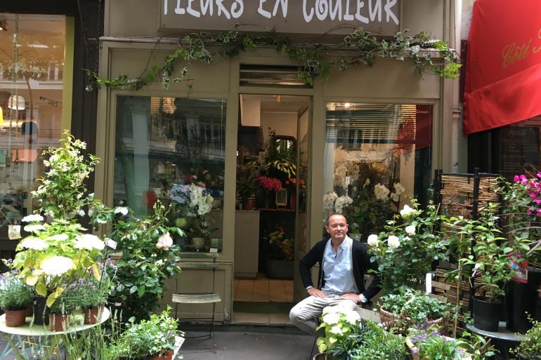 Bruno Gérault devant sa boutique à Paris