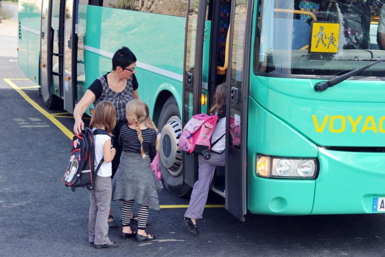 Des enfants montants dans un bus scolaire (illustration)