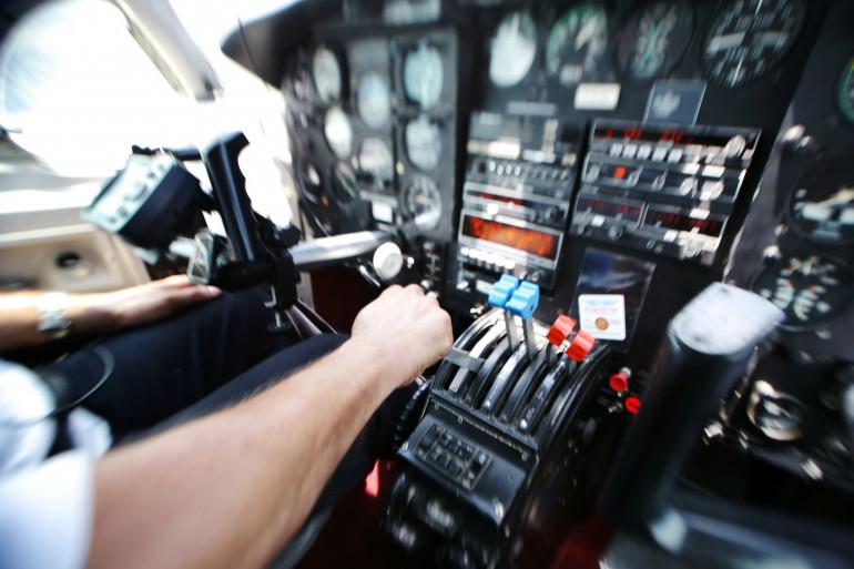 Un pilote aux commandes de son avion (illustration)
