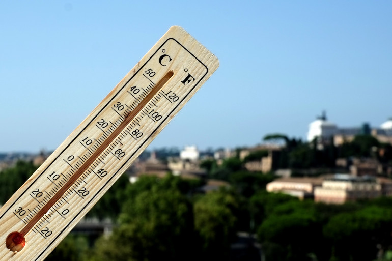 Un thermomètre affiche 40°C, à Rome (Italie)