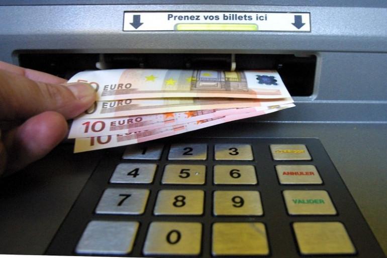 Un Français retire des billets dans un distributeur (illustration)