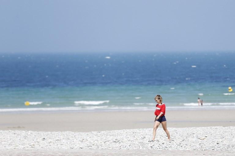 Une vacancière sur la plage de Cherbourg. (Illustration)