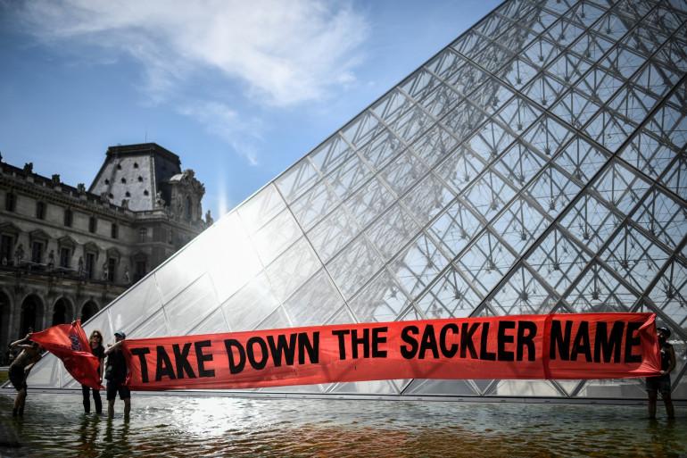 Des manifestants devant le Louvre, le 1er juillet 2019