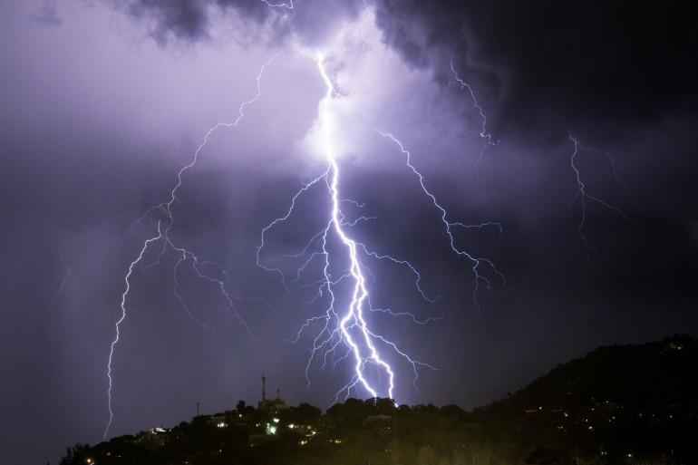 La foudre lors d'un violent orage (illustration)