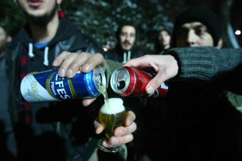 Des jeunes font la fête avec de l'alcool (illustration)