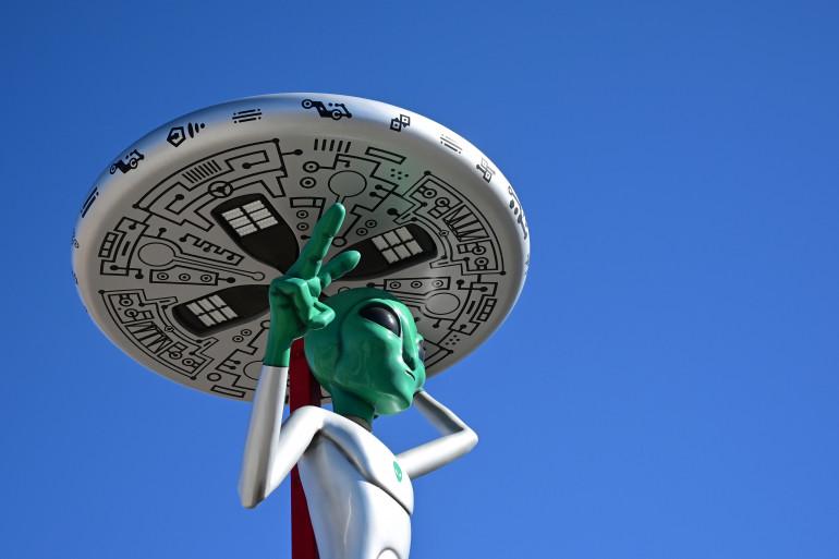 Une sculpture d'extraterrestre borde le bord de la route dans la ville de Baker, en Californie, qui revendique le plus grand thermomètre au monde à 32 mètres (134 pieds), et connue également sous le nom de «Gateway to Area 51» le 4 mars 2019.