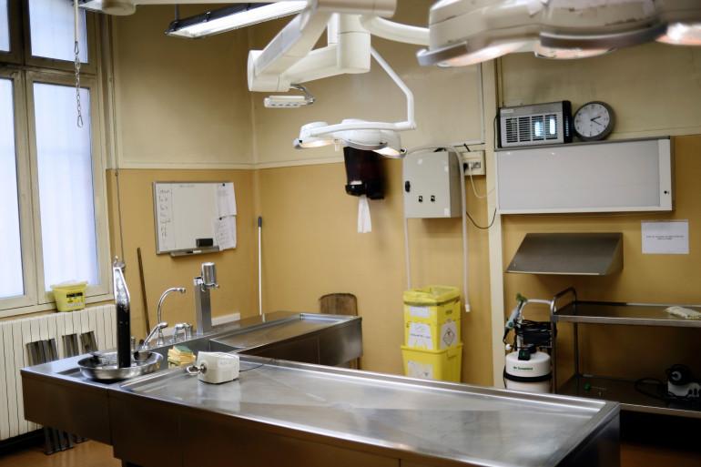 Une table d'autopsie à l'institut médico-légale de Paris (Illustration)