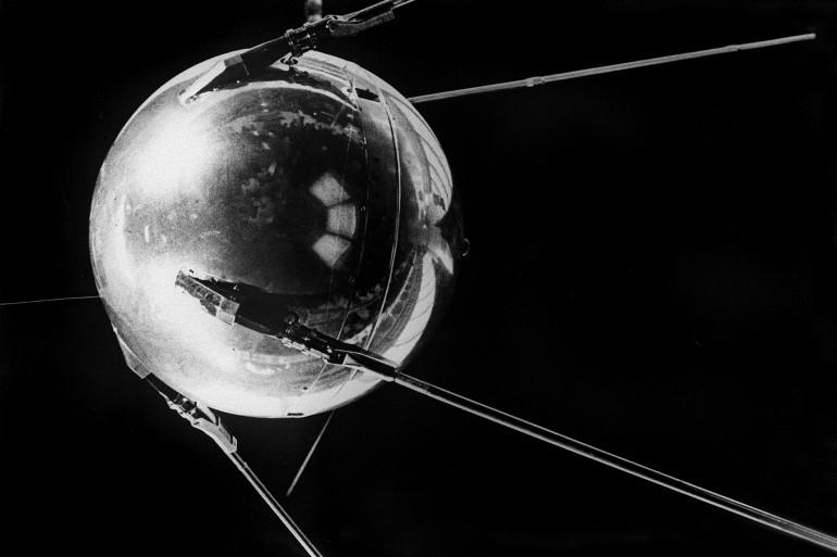 Spoutnik I, lancé par l'URSS de Baïkonur (Kazakhstan) le 4 octobre 1957