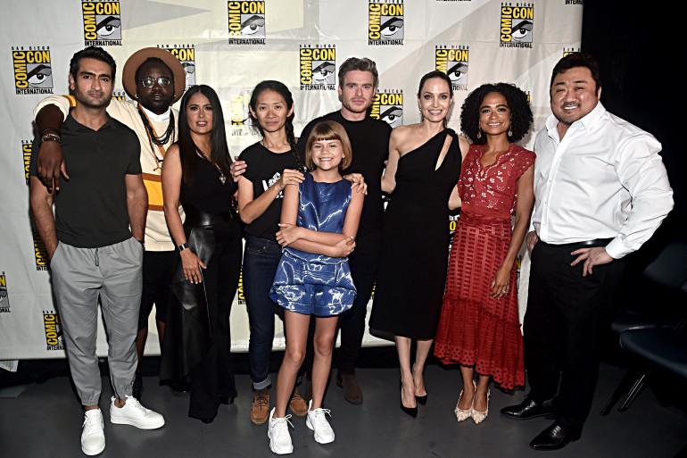 """La réalisatrice Chloe Zhao et le casting de """"The Eternals"""" à la Comic-Con de San Diego 2019."""