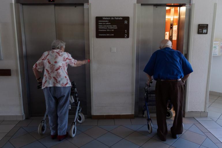 Des personnes âgées prenant l'ascenseur (illustration)