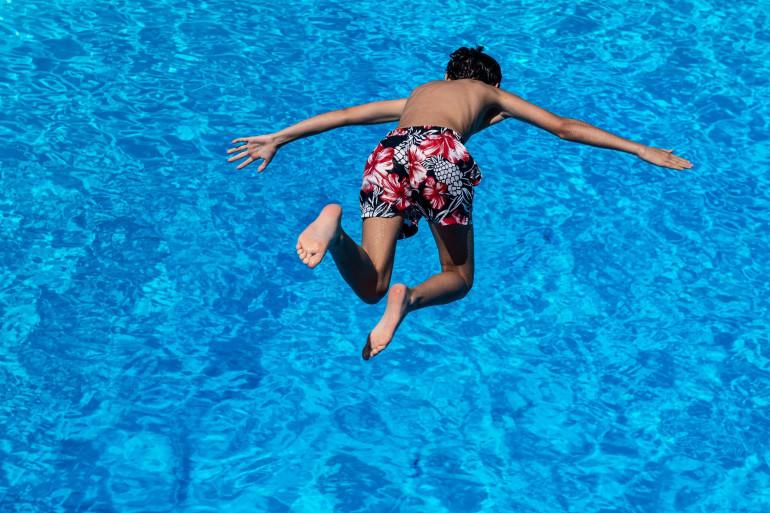 Un enfant qui plonge dans l'eau (illustration)