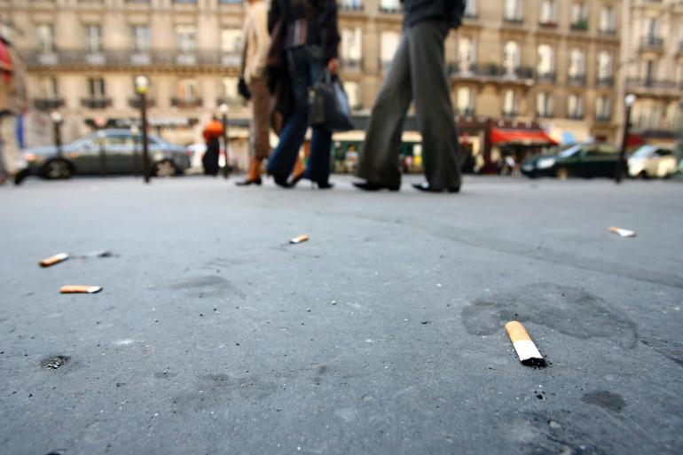 Des mégots de cigarettes dans la rue (illustration)