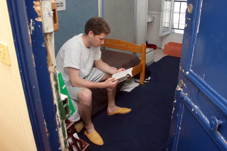 Un étudiant dans son logement (illustration)