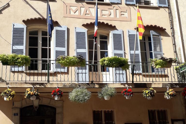 Le fronton de la mairie de Signes (Var)