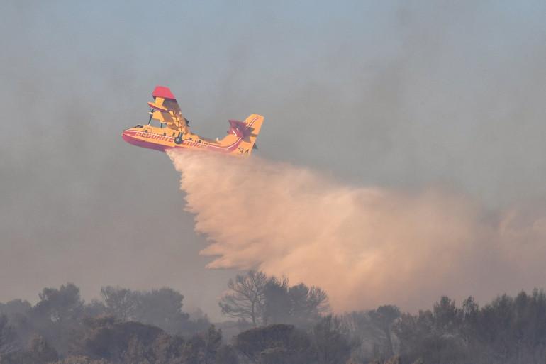 Un Canadair déverse de l'eau pour éteindre un incendie (illustration)