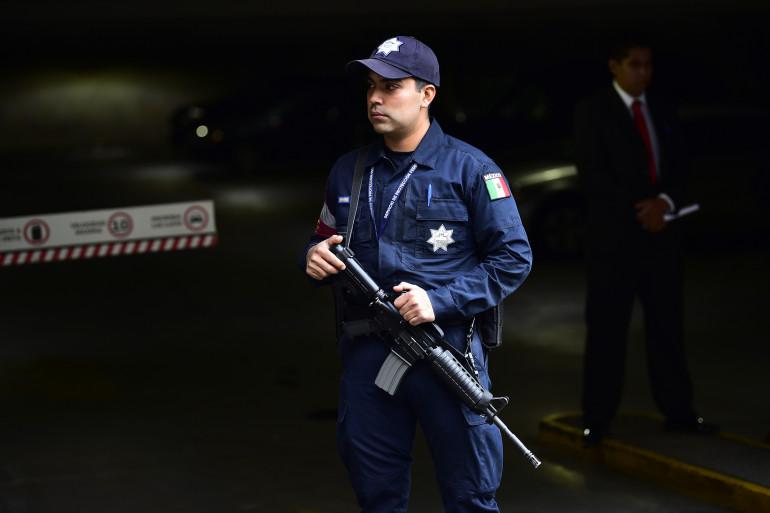 Un policier à Mexico (Mexique), (image d'illustration)