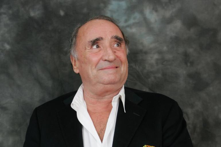 """Claude Brasseur pose avec son trophée, le prix Raimu du comédien dans un second rôle pour le film """"Camping"""" en 2006"""