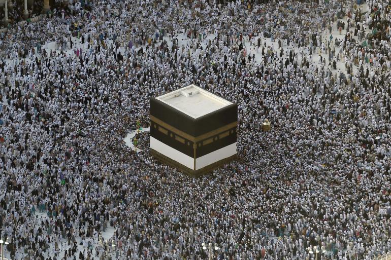 Les pèlerins musulmans rassemblés autour de la Kaaba à la Grande mosquée, à la Mecque en Arabie Saoudite