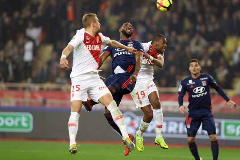 Le Lyonnais Moussa Dembélé et le Monégasque Glik lors de ASM/OL, le 24 février 2019