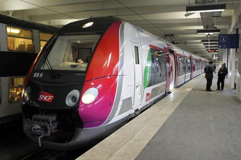 Un transilien en gare à Paris (illustration)