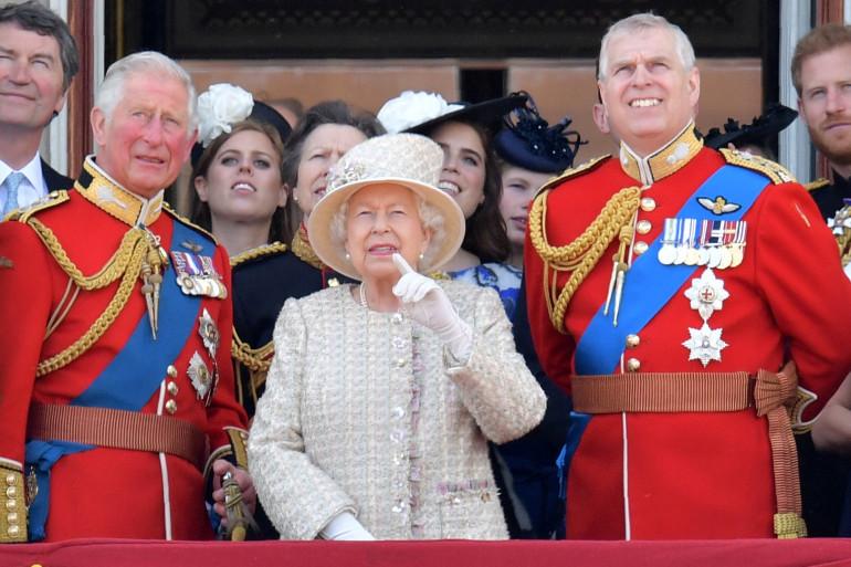 La reine Elizabeth II entourée de ses fils le prince héritier du trône Charles (gauche) et le prince Andrew (droite)