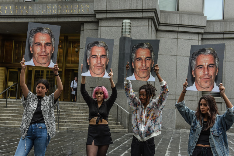 Des manifestants brandissent la photo de Jeffrey Epstein