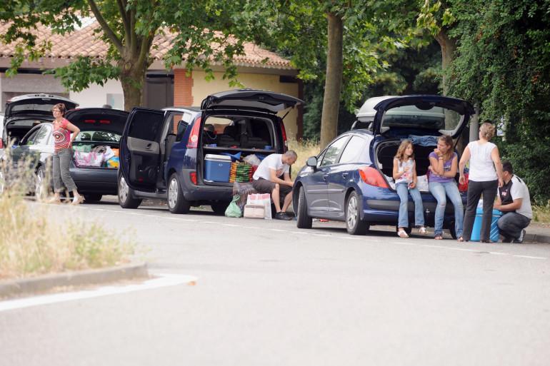 Des vacanciers faisant une halte sur une aire de repos entre Toulouse et Carcassonne, le 3 juillet 2010.