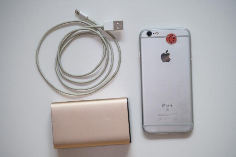 Un iPhone et son chargeur