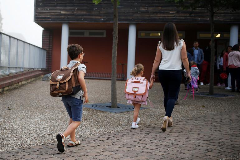 Des enfants se rendent à l'école (illustration)