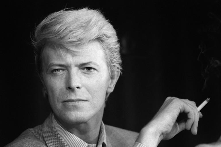 David Bowie pendant une conférence de presse en 1983