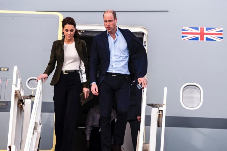 Kate Middleton et le prince William sortent d'un avion le 5 décembre 2018