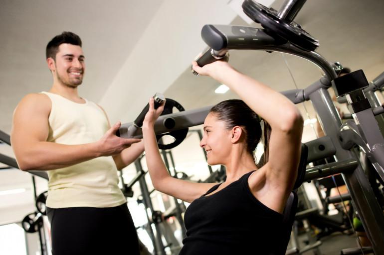 Un homme et une femme dans une salle de sport (illustration)