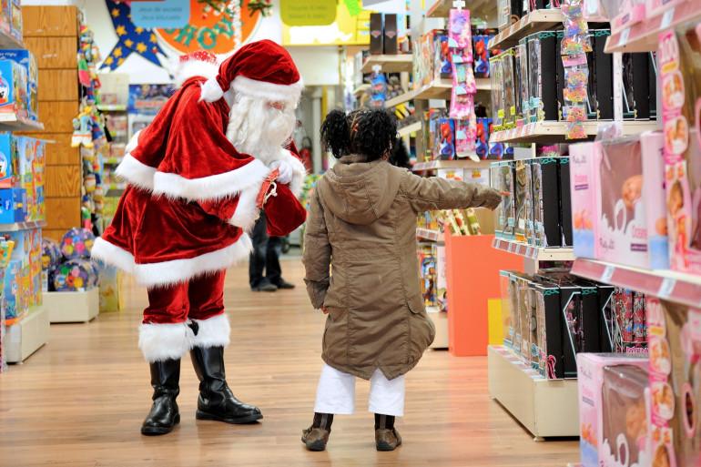 Un père Noël et une petite fille dans les rayons d'un magasin de jouets lillois