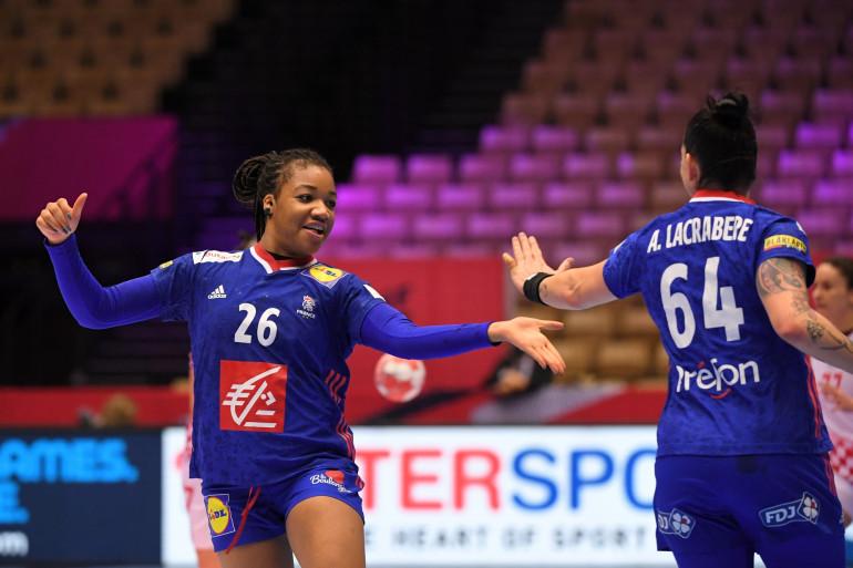 Pauletta Foppa et Alexandra Lacrabere lors de la demi-finale de handball le 18 décembre 2020