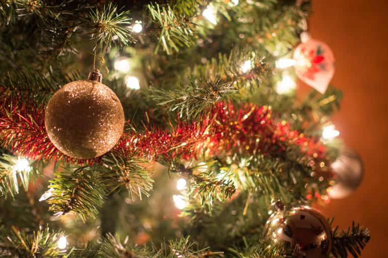 Un sapin décoré pour les fêtes de Noël