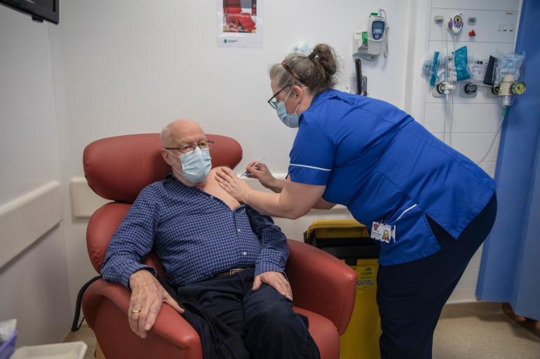 Une infirmière administre le vaccin Pfizer-BioNTech à un patient de 87 ans, à Londres, le 8 décembre 2020