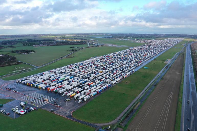 Des camions de fret et des poids lourds (poids lourds) sont empilés à l'aéroport de Manston près de Margate, dans le sud-est de l'Angleterre le 23 décembre 2020.