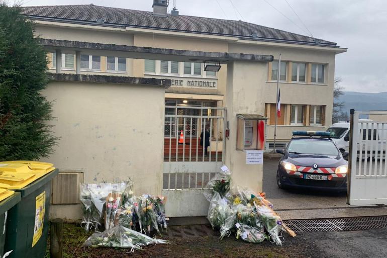 Hommage aux trois militaires devant la gendarmerie d'Ambert