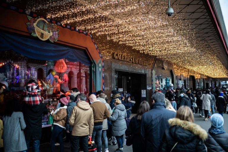 Des Parisiens devant les vitrines de Noël