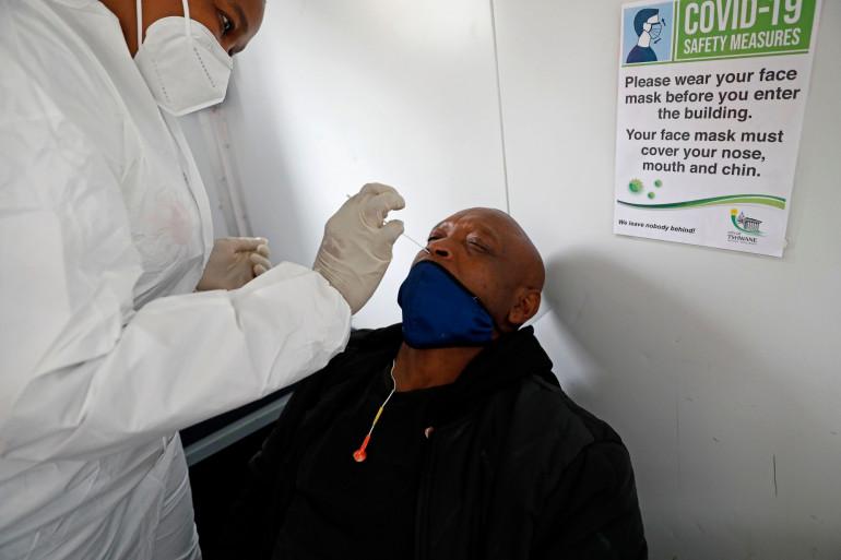 Un homme reçoit un test PCR à Pretoria, en Afrique du Sud, le 17 décembre 2020.