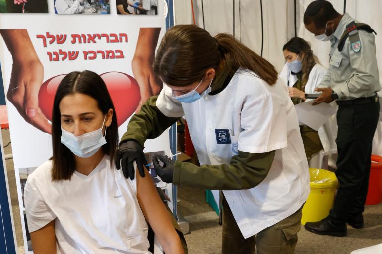 Une femme israélienne se faisant vacciner contre la Covid-19 le 28 décembre 2020.