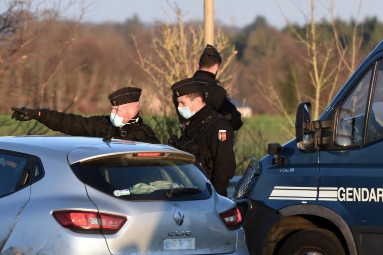 """Des gendarmes verbalisent des """"teufeurs"""" à Lieuron, le 2 janvier 2021"""