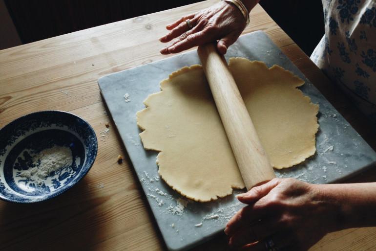 Une personne en train de faire de la pâtisserie (illustration)