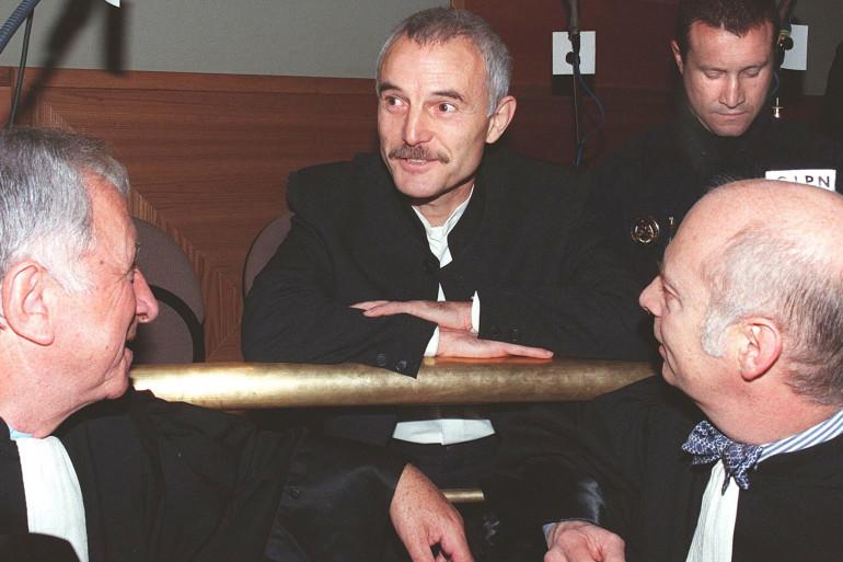 François parle avec ses avocats au tribunal d'Angoulême le 16 février 1998