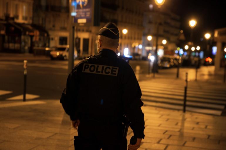 Un policier qui patrouille pendant la nuit (illustration)